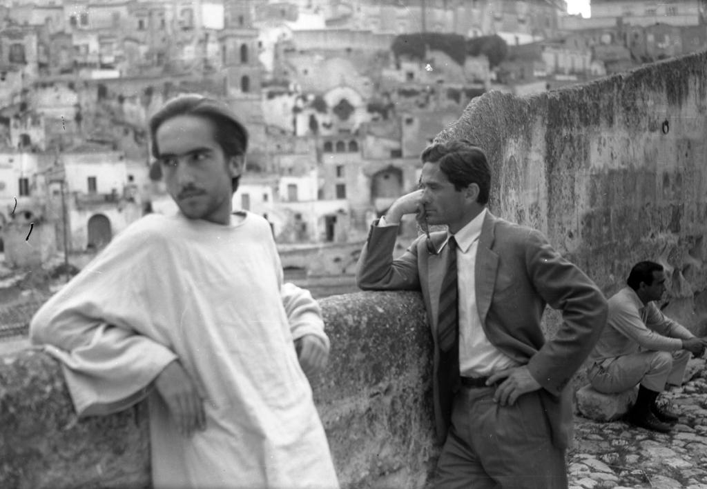 pier-paolo-pasolini-ed-enrique-irazoqui-gesu-in-pausa-di-lavorazione-del-film[1]